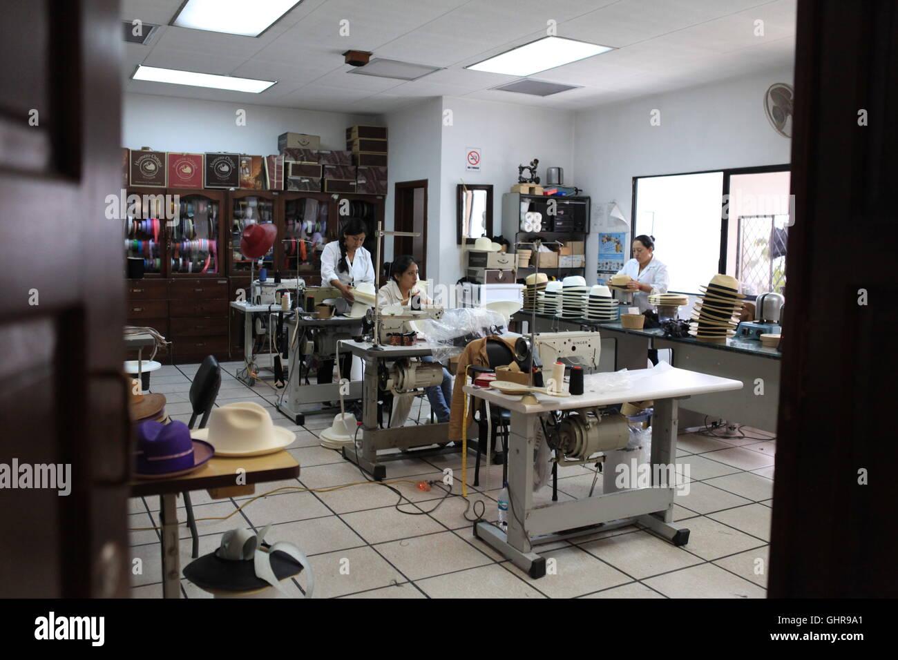 Las mujeres cosiendo los toques finales a los sombreros Panamá en Homero  Ortega 78037cad1a9