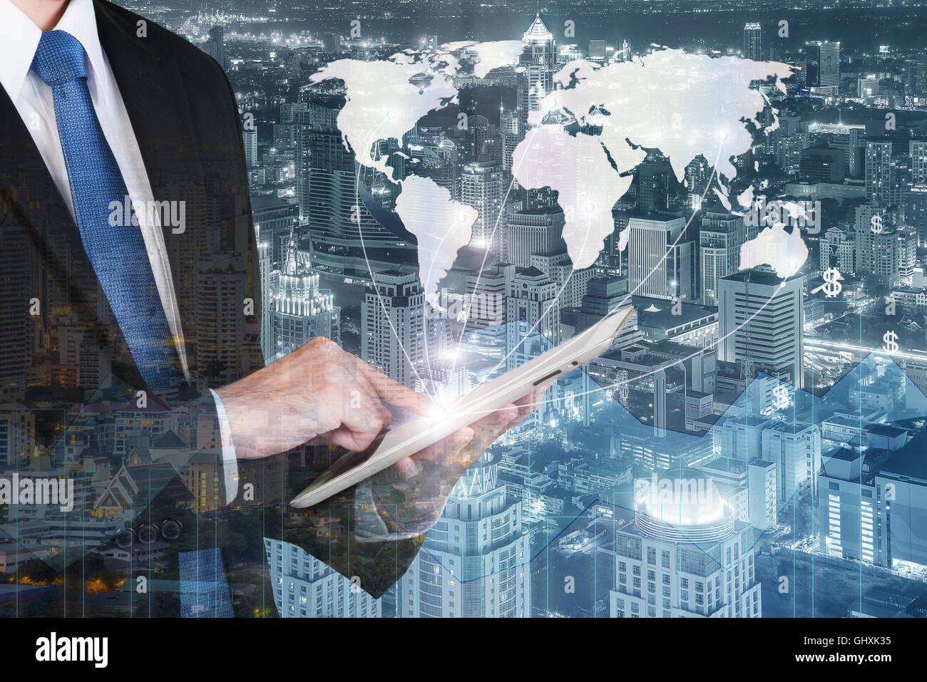 Concepto de tecnología empresarial - hombre de negocios pulse tableta digital para mostrar la red global de Imagen De Stock
