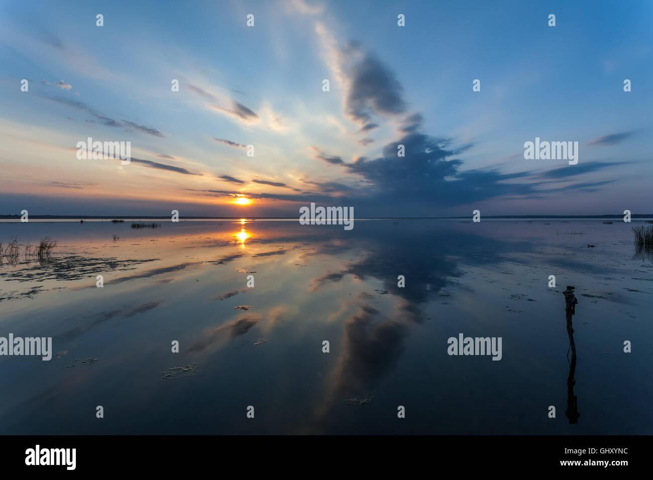 Descenso tranquilo y sin olas y viento sobre el lago de Pereslavl Pleshcheevo Zalessky Imagen De Stock