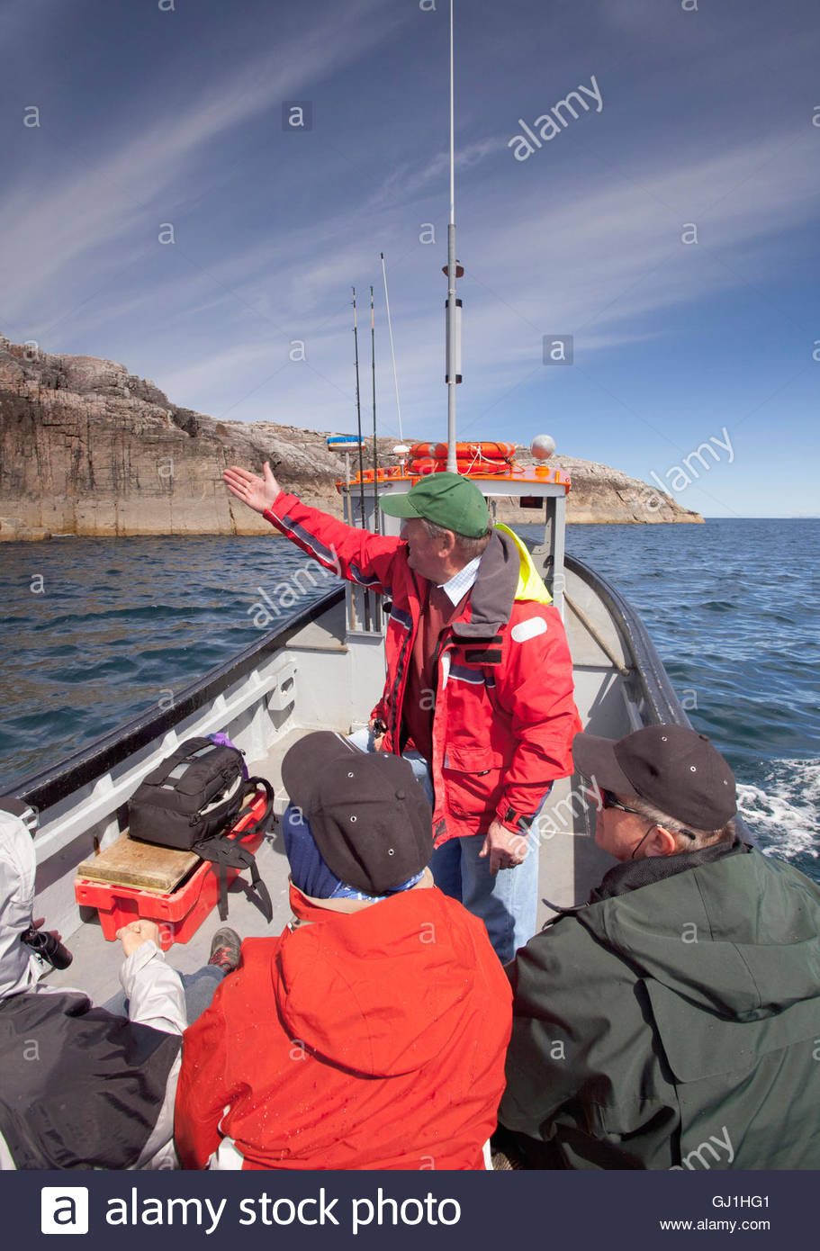 La observación de la vida silvestre y un viaje en barco de pesca frente a la costa de la isla de Harris, Hébridas Foto de stock