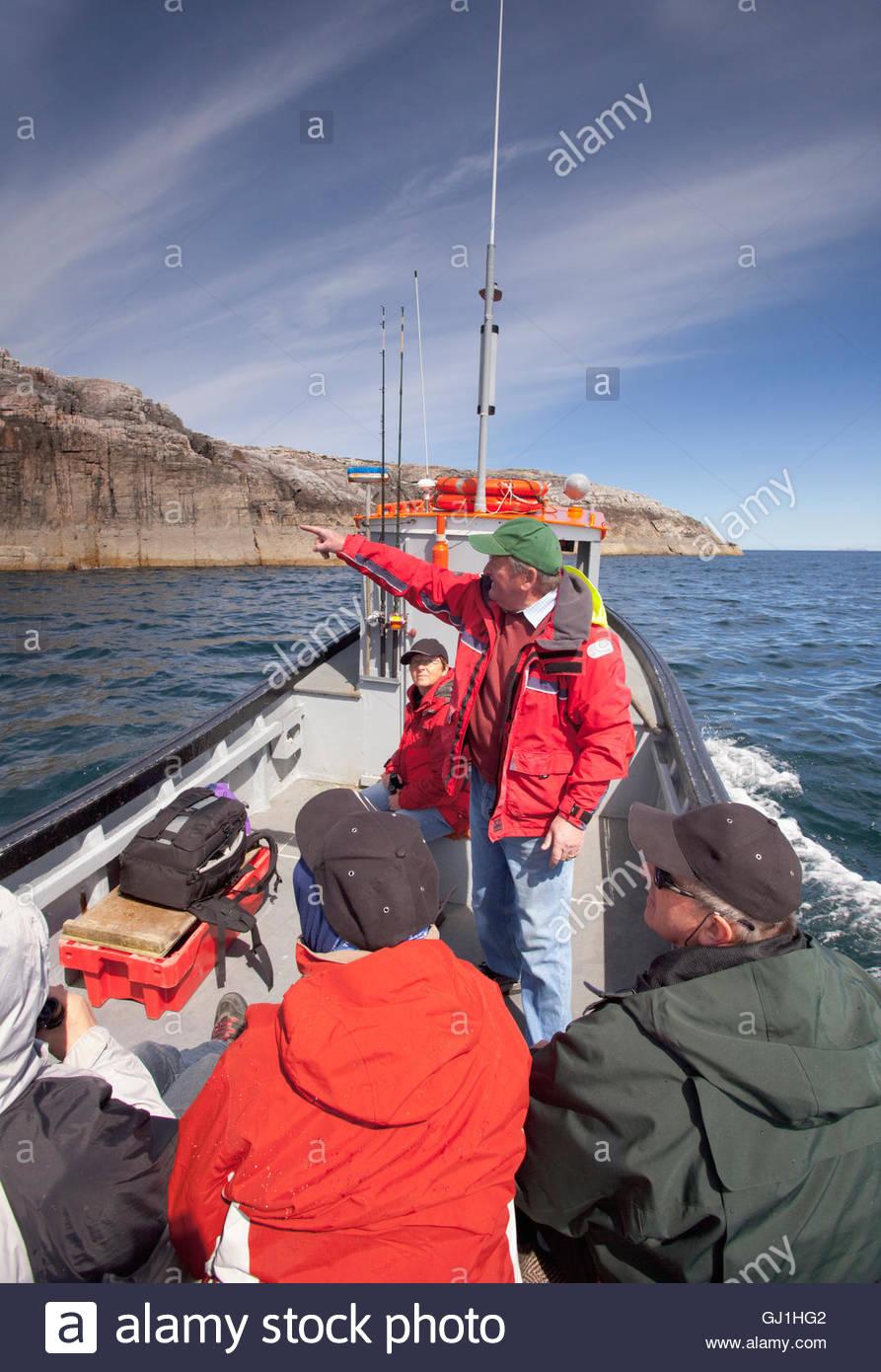 La observación de la vida silvestre y un viaje en barco de pesca frente a la costa de la isla de Harris, Hébridas Imagen De Stock
