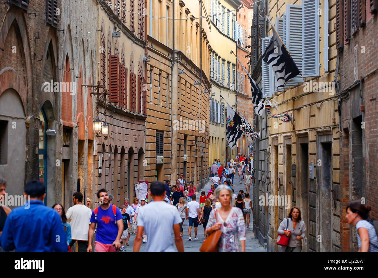 Los peatones caminar a lo largo de Via Montanini en Siena, Italia. Imagen De Stock