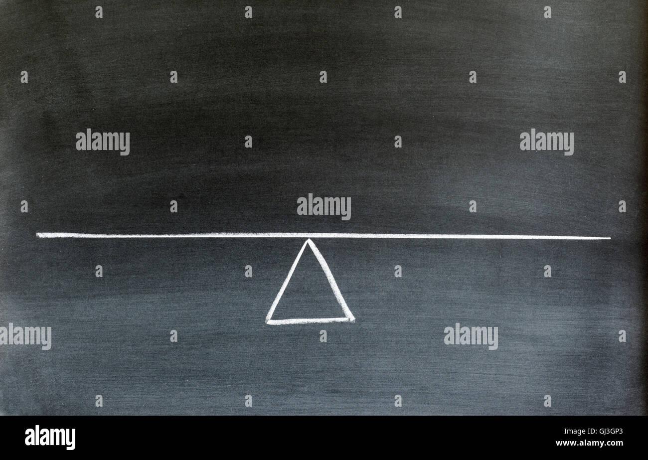 Balancín o escala en equilibrio dibujado en la pizarra. Imagen De Stock