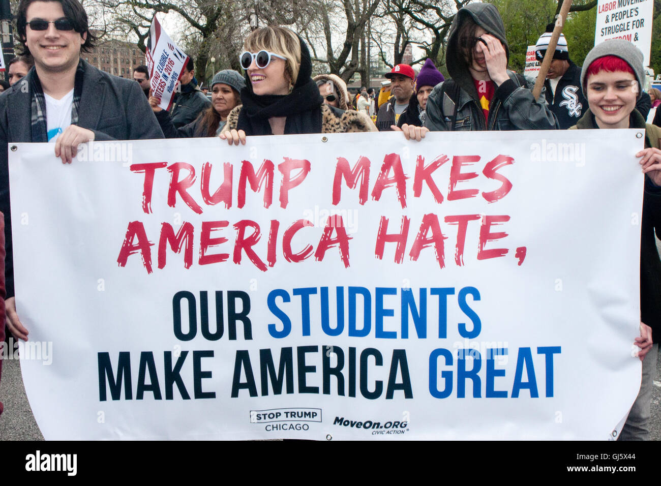 Los estudiantes de marzo con cientos de mayo para protestar por Donald Trump la retórica del discurso del odio. Imagen De Stock