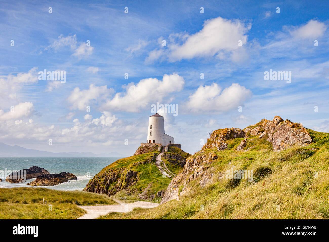 Twr Mawr, el viejo faro en la isla de Ynys Llanddwyn mareas, Newborough, Anglesey, Gales, Reino Unido Foto de stock