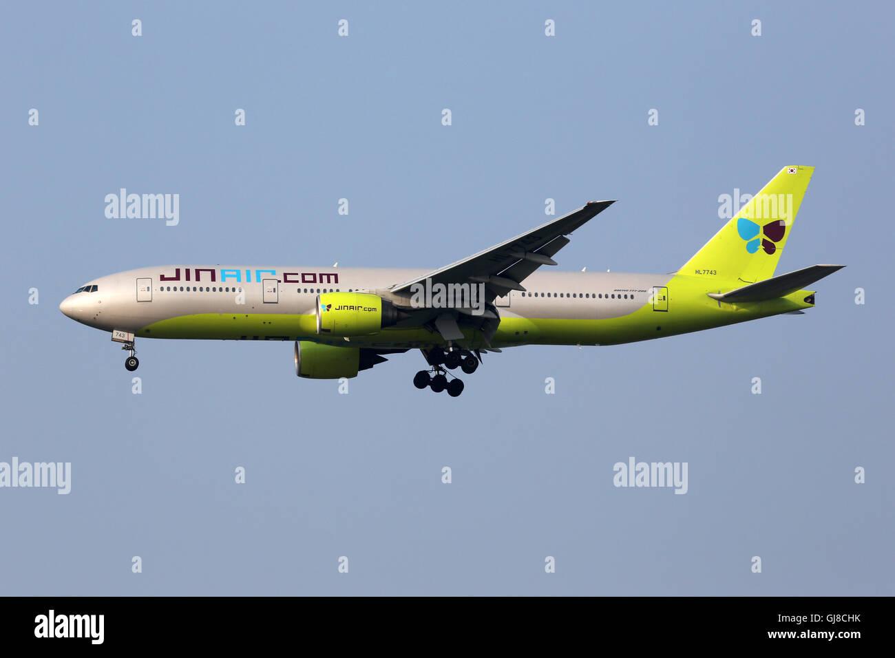 Incheon, Corea del Sur - 24 de mayo de 2016: un avión Boeing 777-200 Jin Air con el registro HL7743 acercándose Imagen De Stock