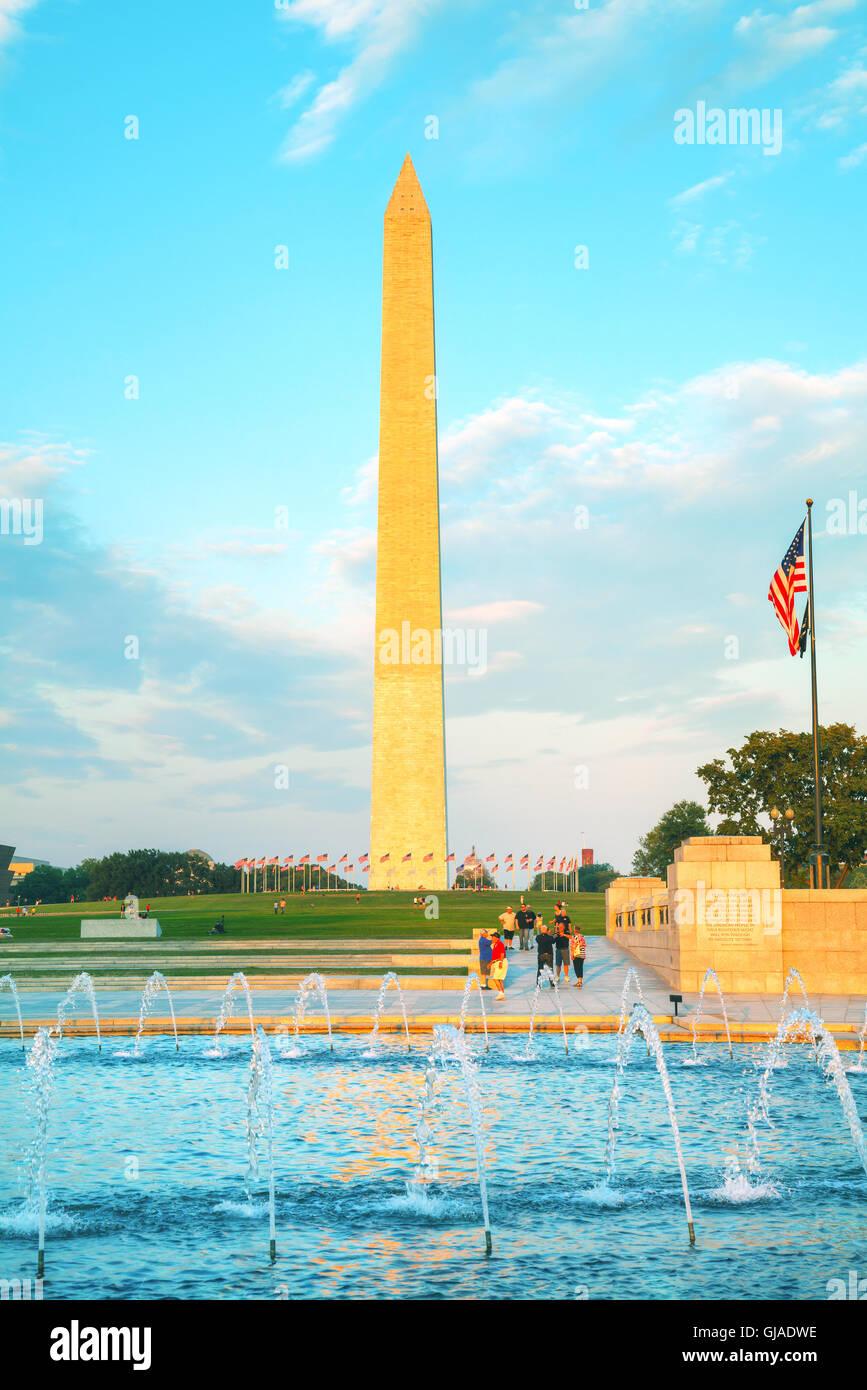 WASHINGTON, DC - 1 de septiembre: Washington y monumentos conmemorativos de la Segunda Guerra Mundial con la gente Imagen De Stock
