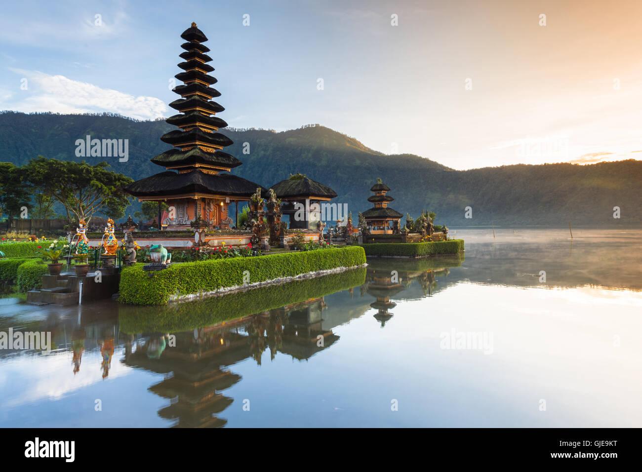 Pura Ulun Danu Bratan al amanecer, famoso templo sobre el lago Bedugul, Bali, Indonesia. Imagen De Stock