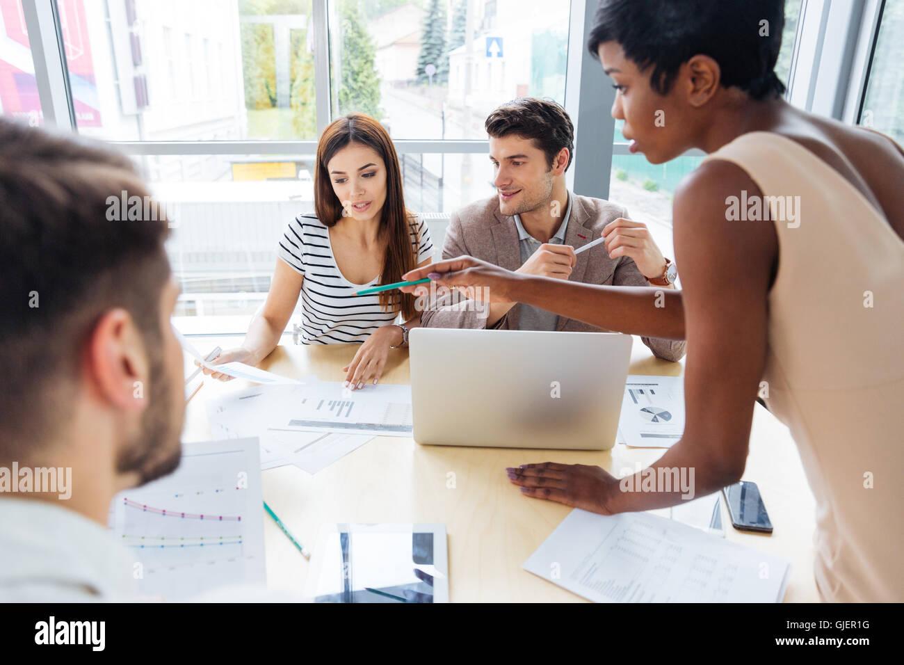 Grupo multiétnico de jóvenes empresarios la preparación para la presentación juntos en la oficina Imagen De Stock