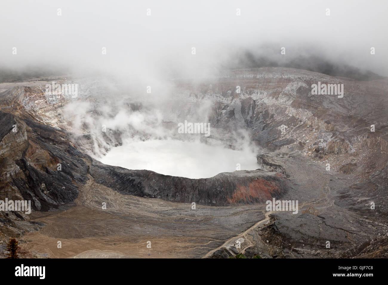 Cráter del volcán Poas, un estratovolcán activo, Parque Nacional Volcan Poas, Costa Rica, Centroamérica Imagen De Stock