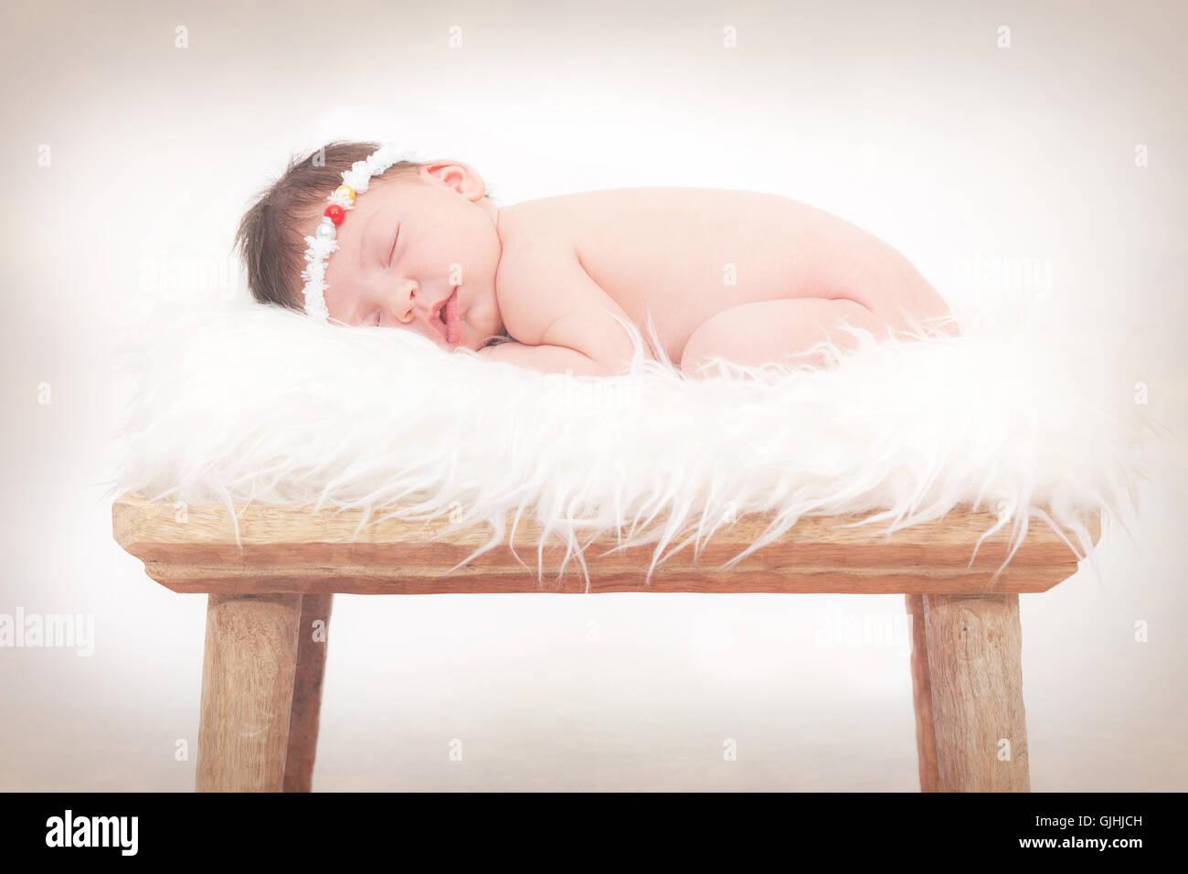Retrato de un bebé recién nacido duerme en la mullida alfombra chica Foto de stock