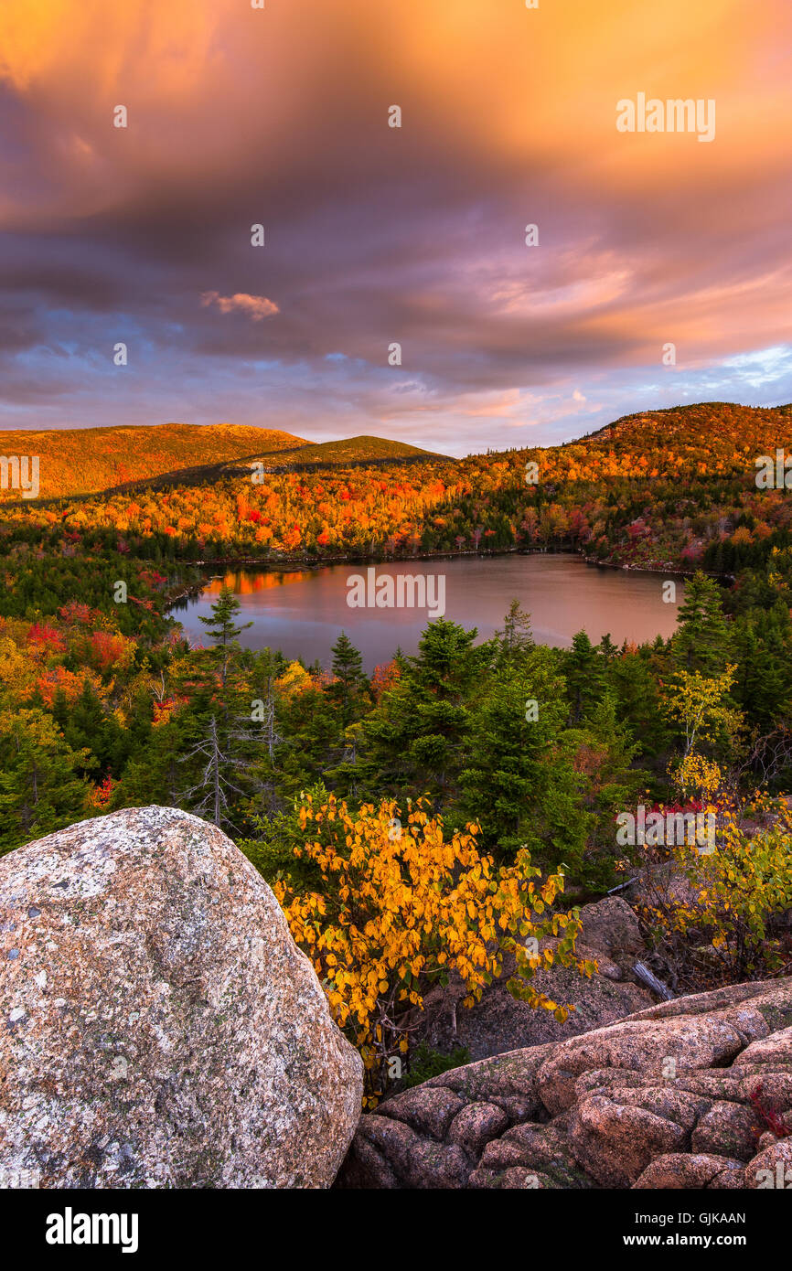 El tazón rodeado de color en el otoño con la montaña de Cadillac en el fondo al amanecer en el Parque Nacional de Acadia, Maine. Foto de stock
