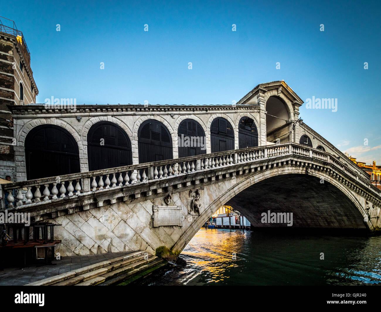 El Puente de Rialto, el Gran Canal de Venecia, Italia. Imagen De Stock