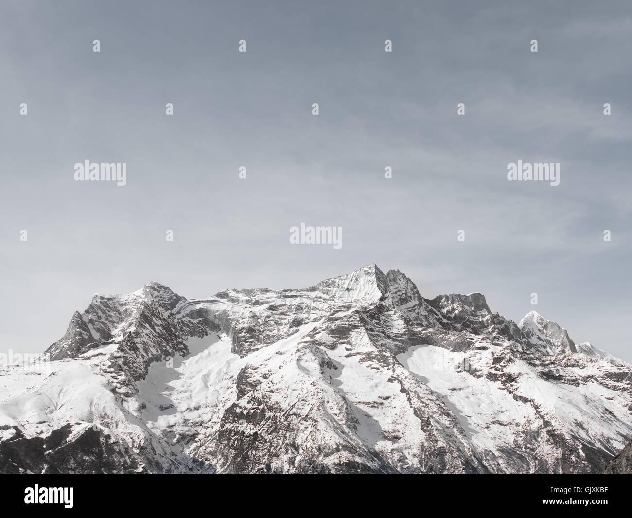 Montañas cubiertas de nieve de Nepal en el campamento base del Everest Imagen De Stock