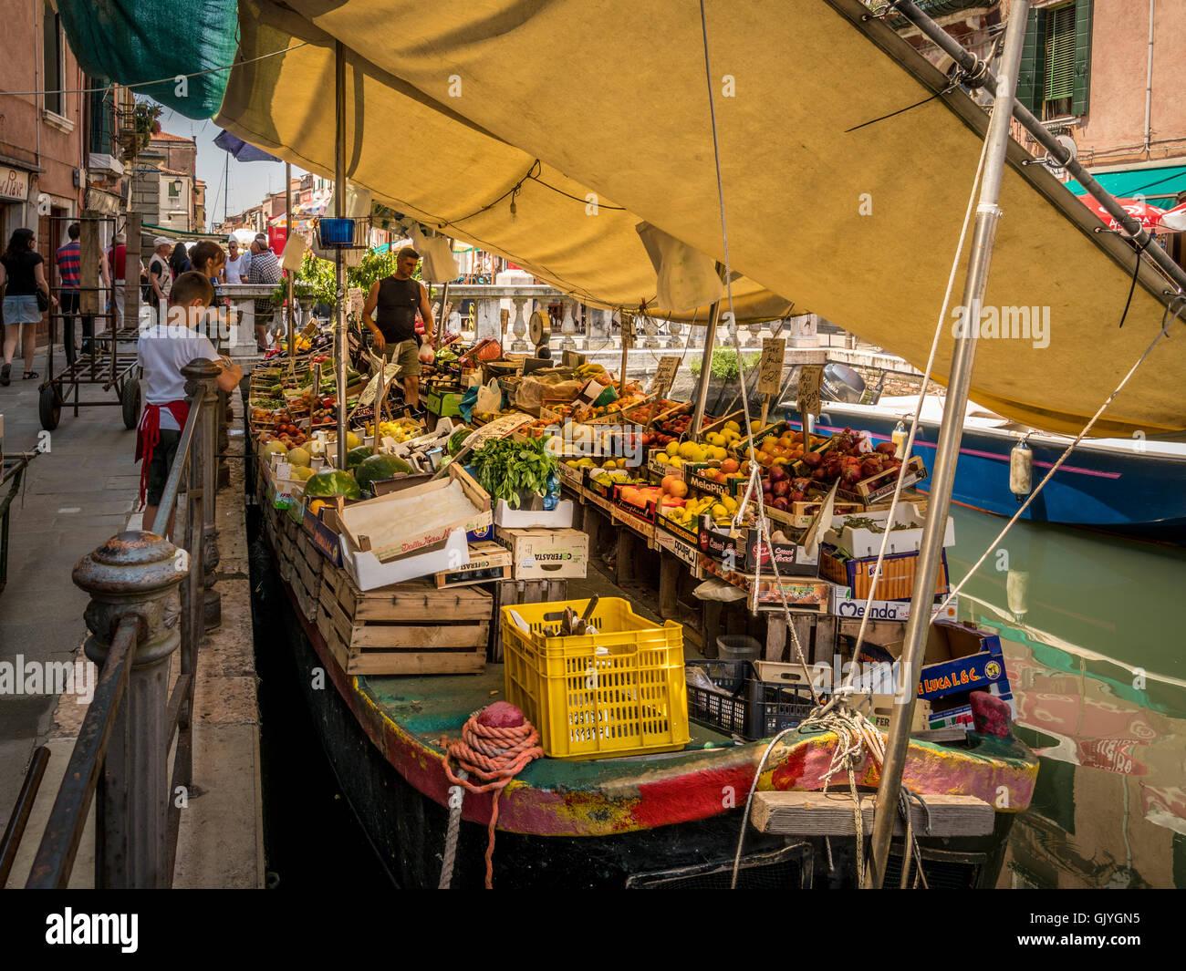 Amarrados barcaza vendiendo frutas y verduras, en el río de S. Ana, en Venecia. Foto de stock