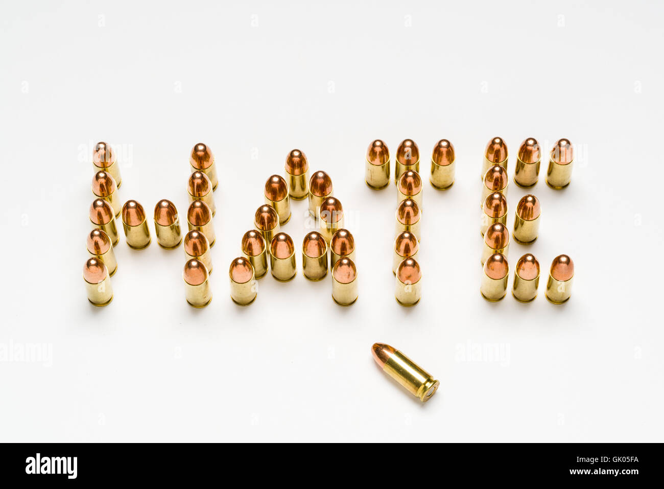 Municiones, 9mm, milímetro, organizar en un patrón para deletrear la palabra odio sobre la superficie Imagen De Stock