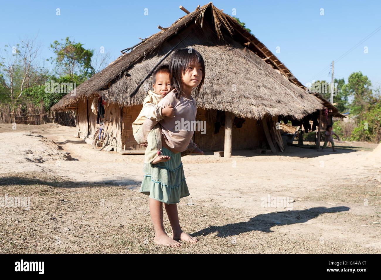 Los niños que viven en condiciones de pobreza Imagen De Stock