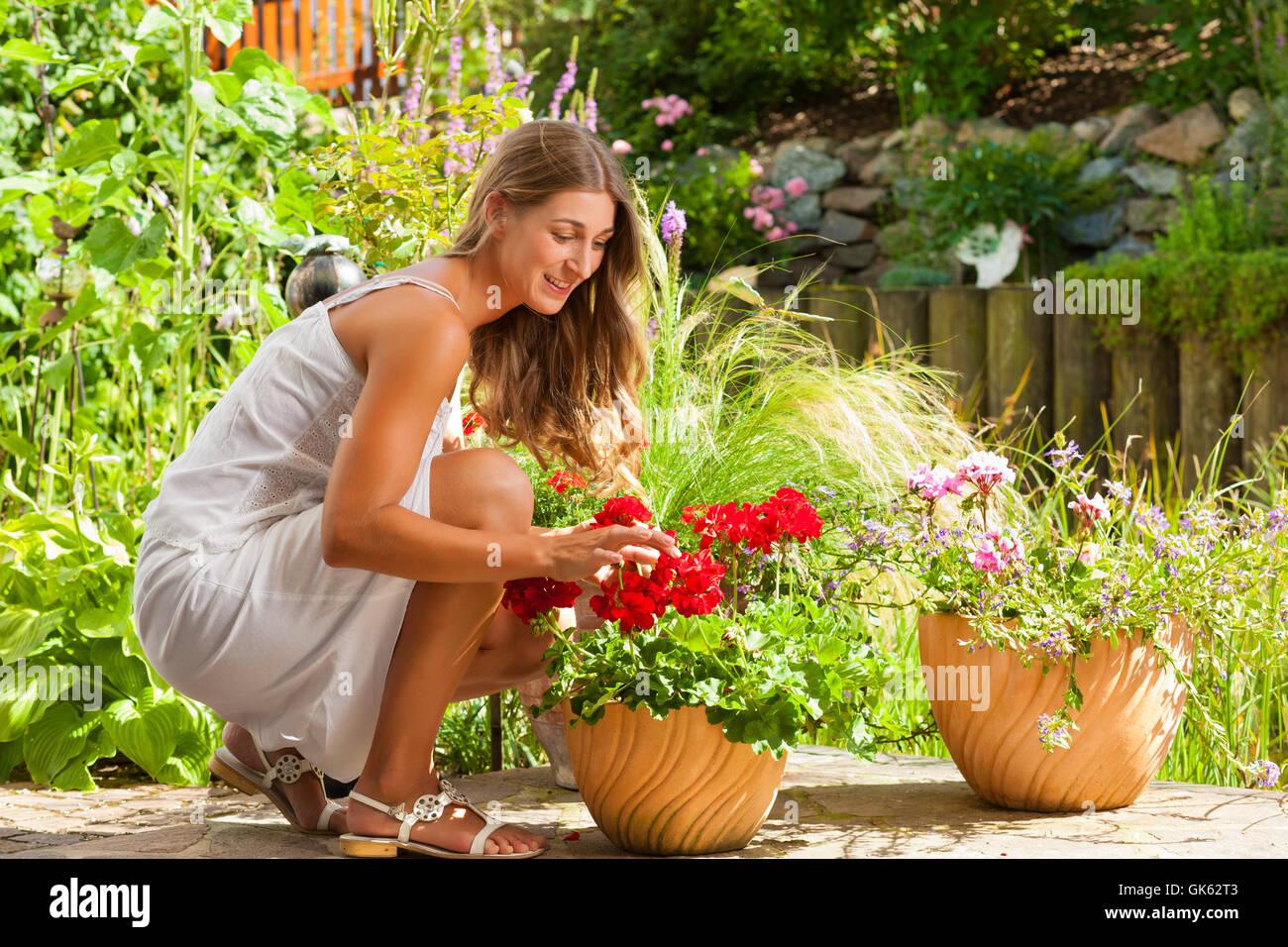 6f80566aa Mujer jardín de flores Foto & Imagen De Stock: 115074627 - Alamy
