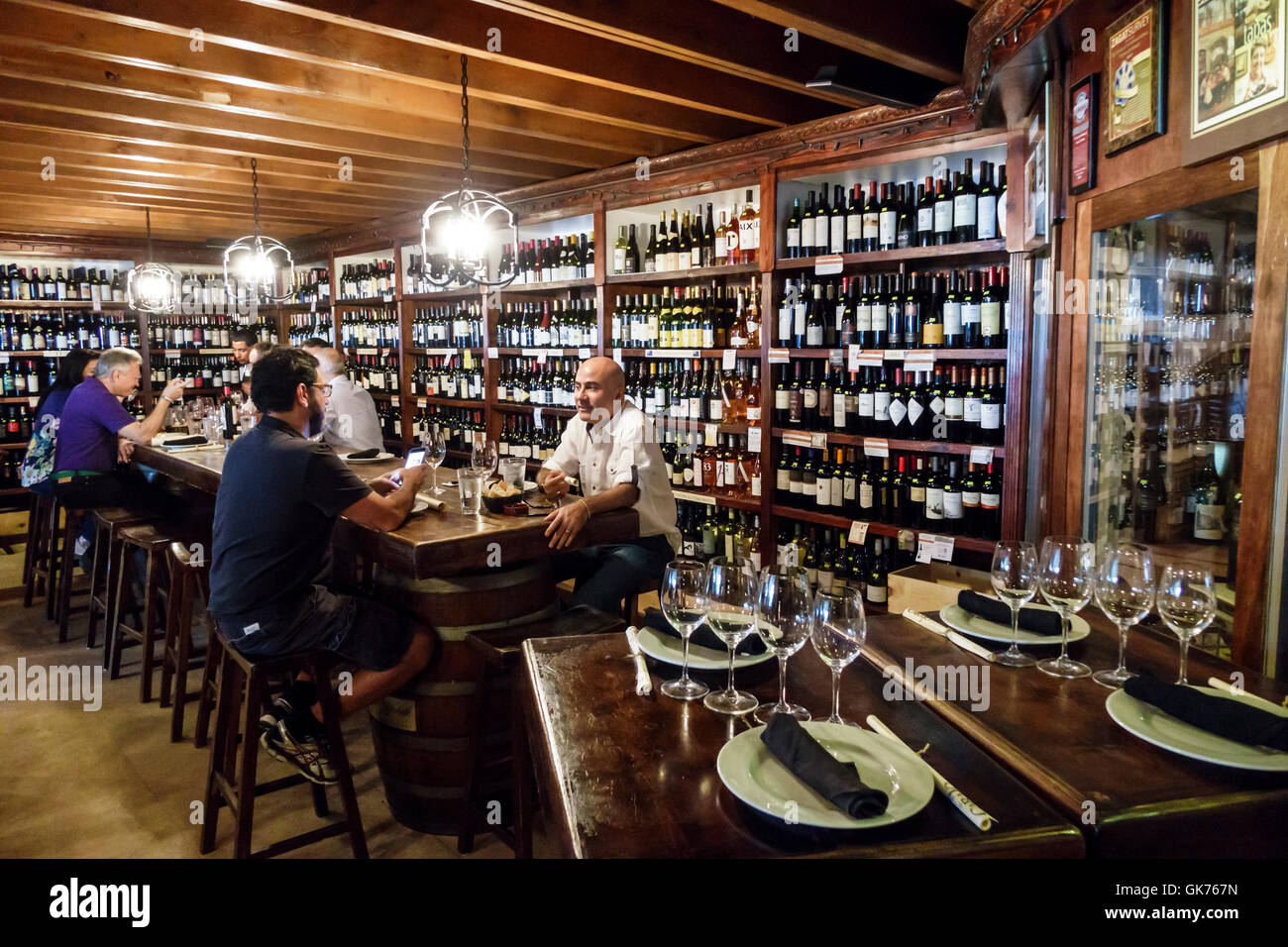 Miami florida el carajo wine bar de tapas restaurante - Decorar un bar de tapas ...