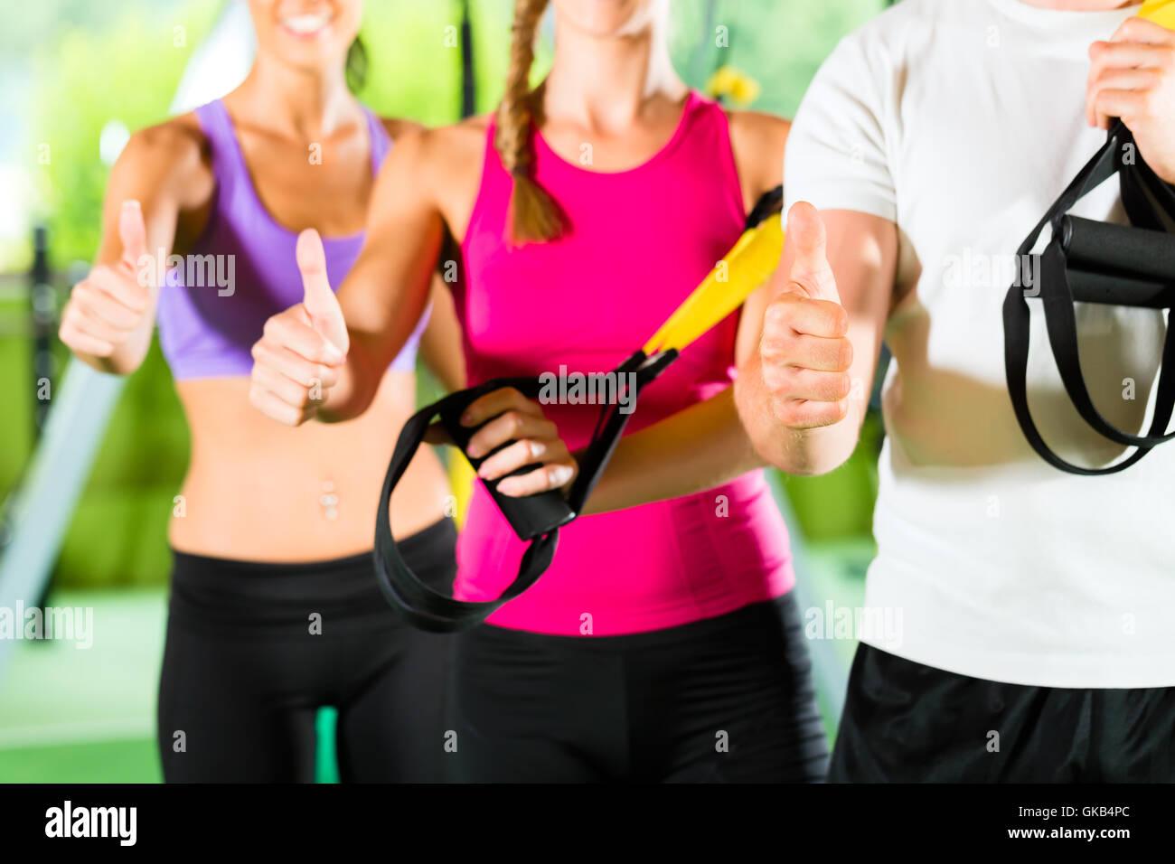 Gimnasio - gente feliz delante del deporte Imagen De Stock