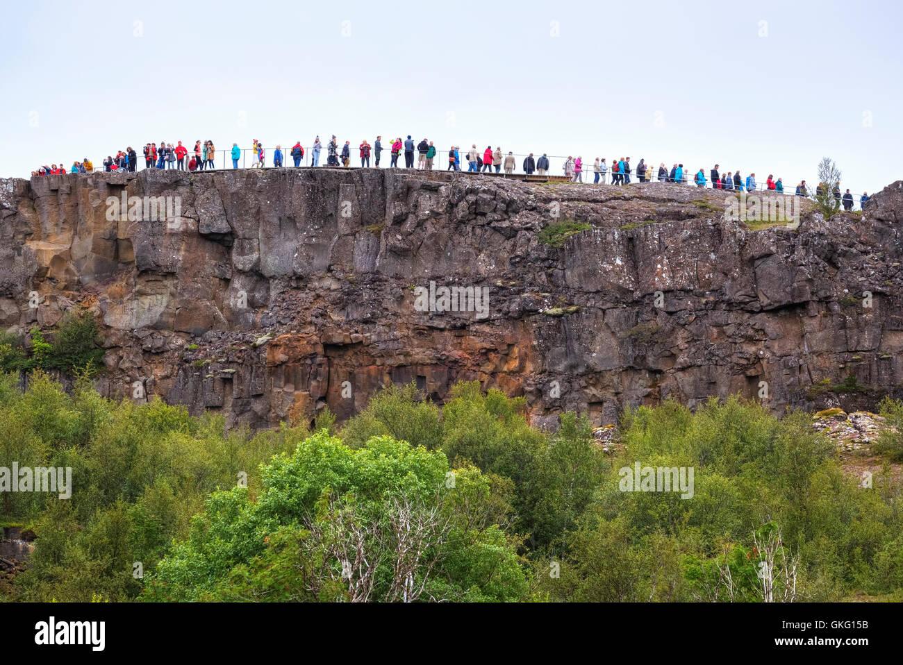 El turismo de masas en el Parque Nacional de Thingvellir, Mid-Atlantic Ridge, Golden Circle, Islandia Imagen De Stock