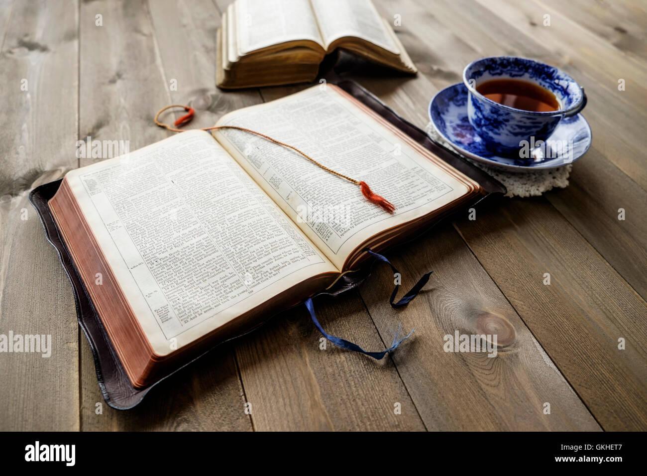 Pacífica Escena De Dos Religiosas Cristianas Biblias Abiertas Con