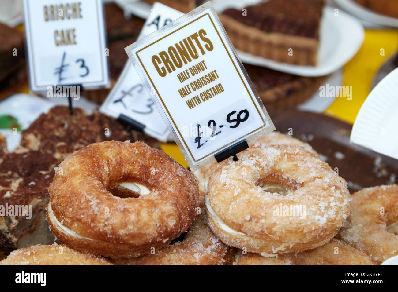 Mitad cronuts mitad donut croissant hojaldre Imagen De Stock