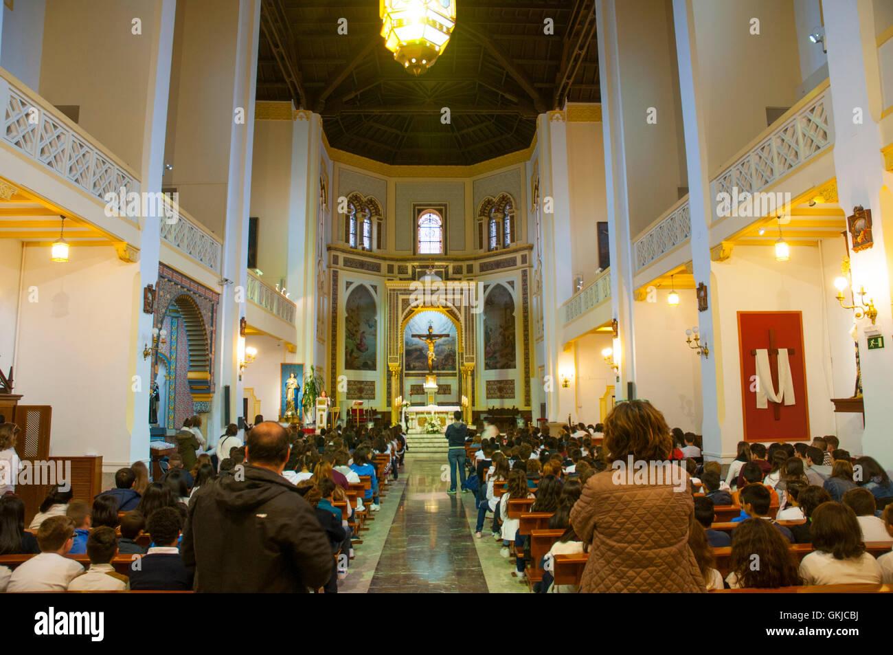 Personas Que Celebraban La Misa Iglesia De Santa Cristina Madrid
