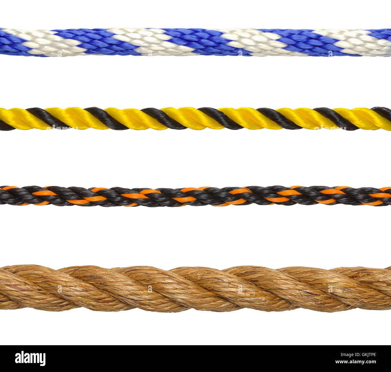 Segmentos de cuerda cable aislado sobre fondo blanco. Imagen De Stock