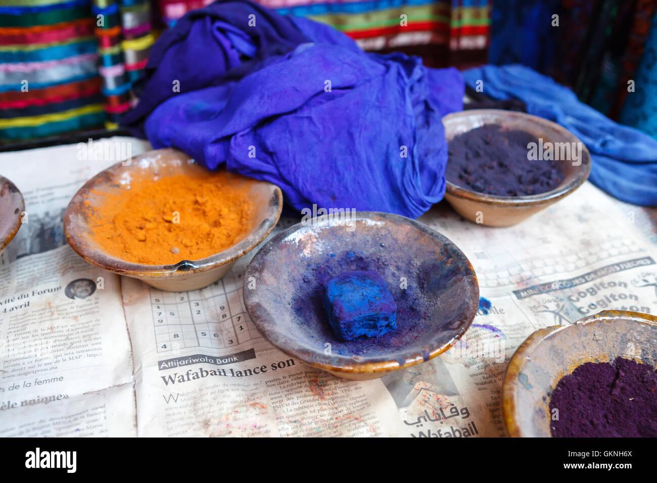 Recipientes con diferentes pigmentos en la mesa, Marrakech, Marruecos Foto de stock