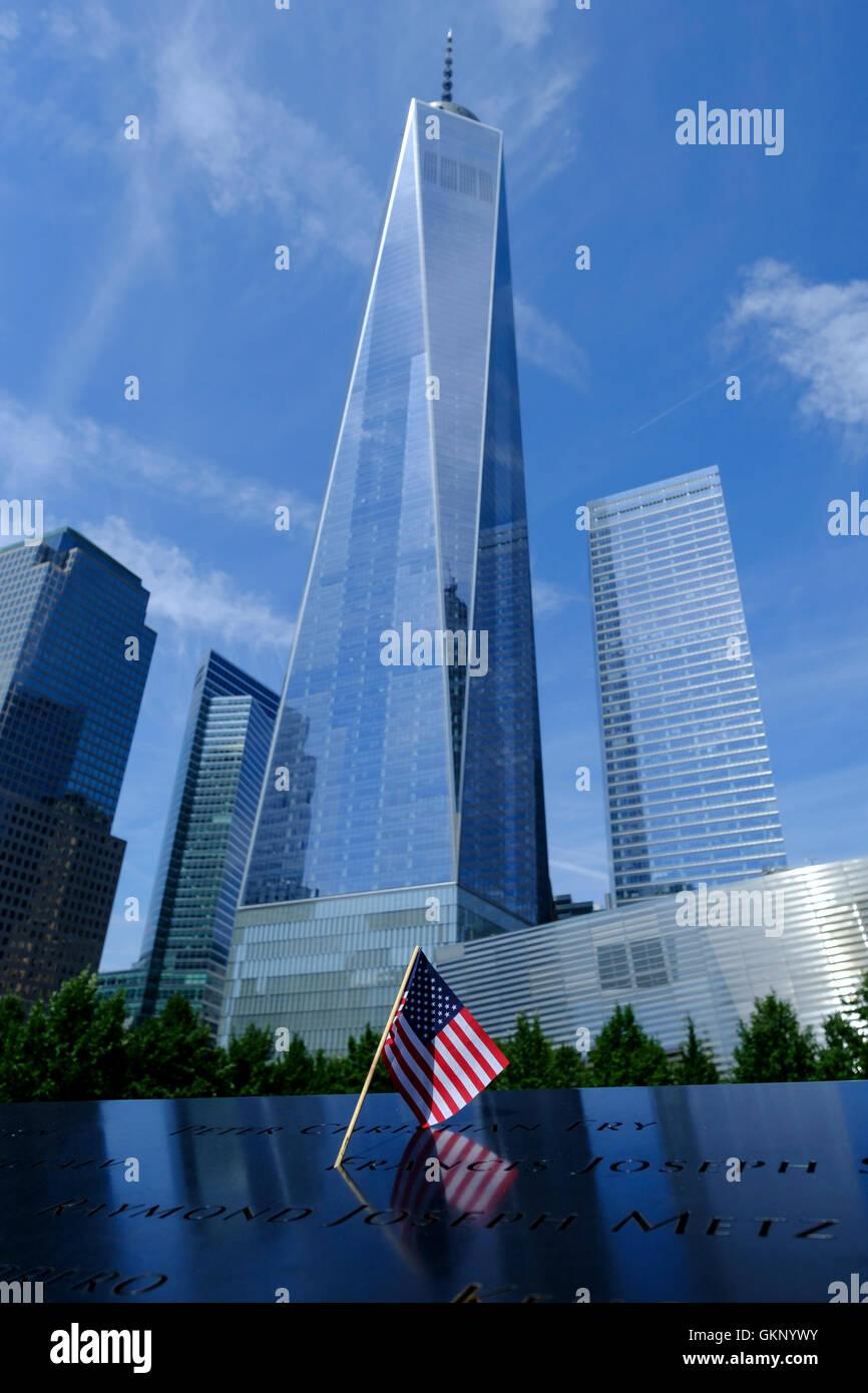 Torre de la libertad, One World Trade Center en Nueva York, Manhattan, Nueva York. Visto desde abajo con una bandera Imagen De Stock