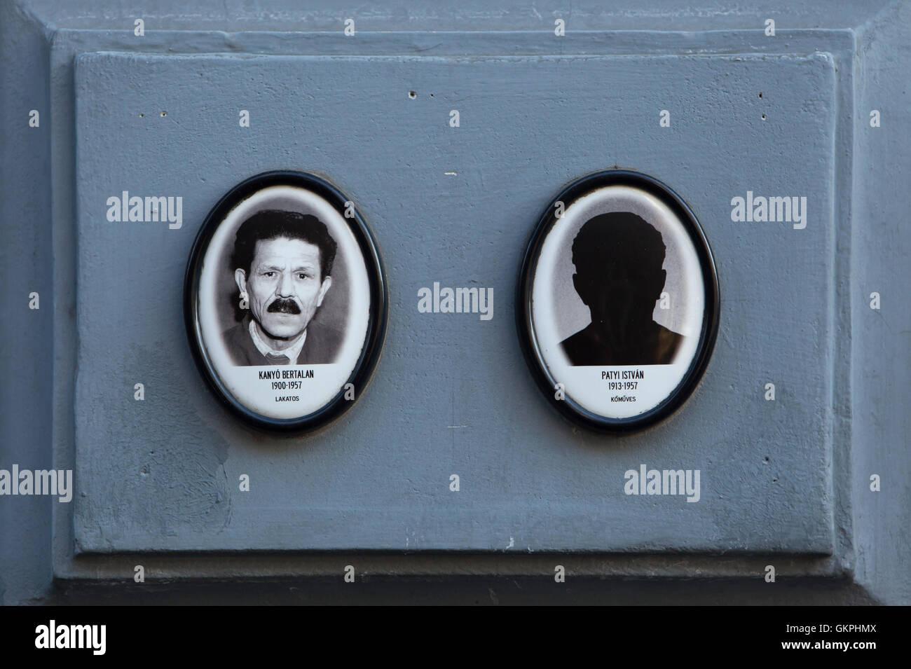 Los retratos de las víctimas del régimen comunista en el exterior de la Casa del Terror en Budapest, Hungría. Smith Bertalan Kanyo (1900-1957) se ilustra a la izquierda mientras albañil Istvan Patyi (1913-1957) no tiene ninguna fotografía. Foto de stock