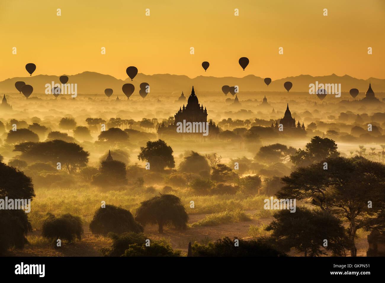 Scenic amanecer con muchos globos de aire caliente por encima de bagan en Myanmar Foto de stock