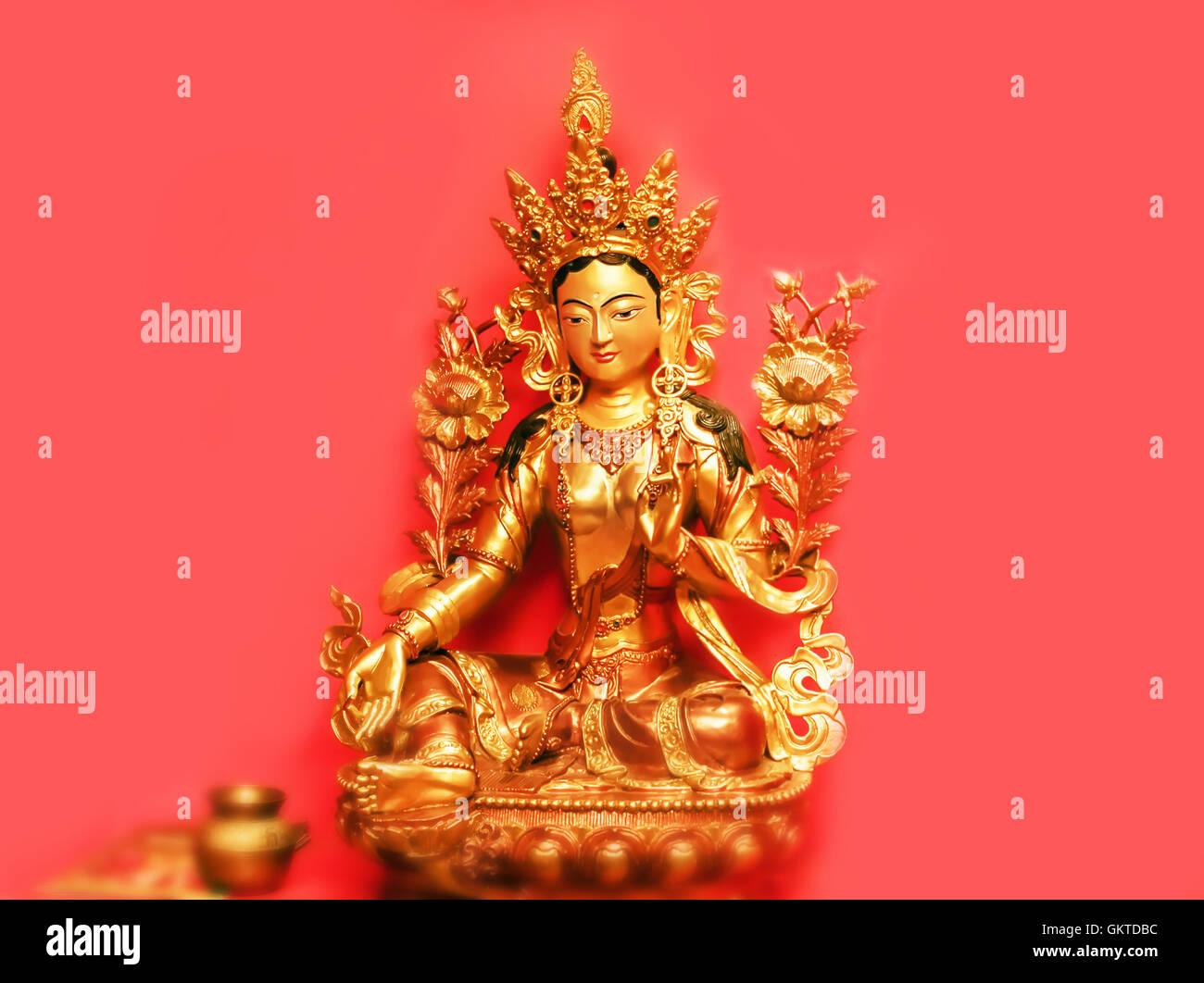 Bonita estatuilla dorada de la diosa Tara de Nepal Imagen De Stock
