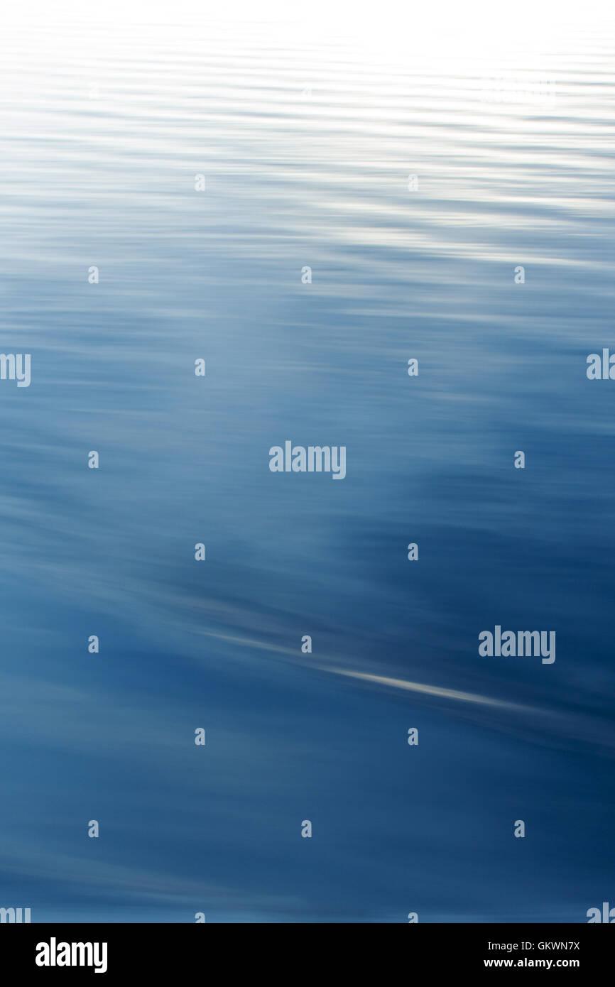 Agua Azul abstracto y onda de textura del fondo. Imagen De Stock