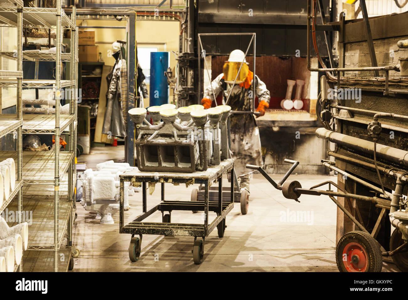 La seguridad de los trabajadores en corte, amolado de desgaste de piezas metálicas para el procesamiento ulterior Imagen De Stock