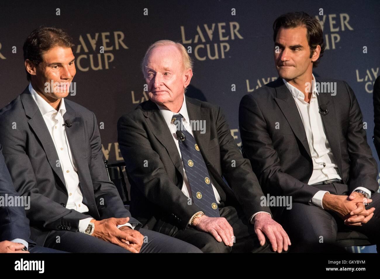 Nueva York, NY, EUA. 24 Aug, 2016. Rafael Nadal, Roger Federer, lavar la varilla en la conferencia de prensa de Imagen De Stock