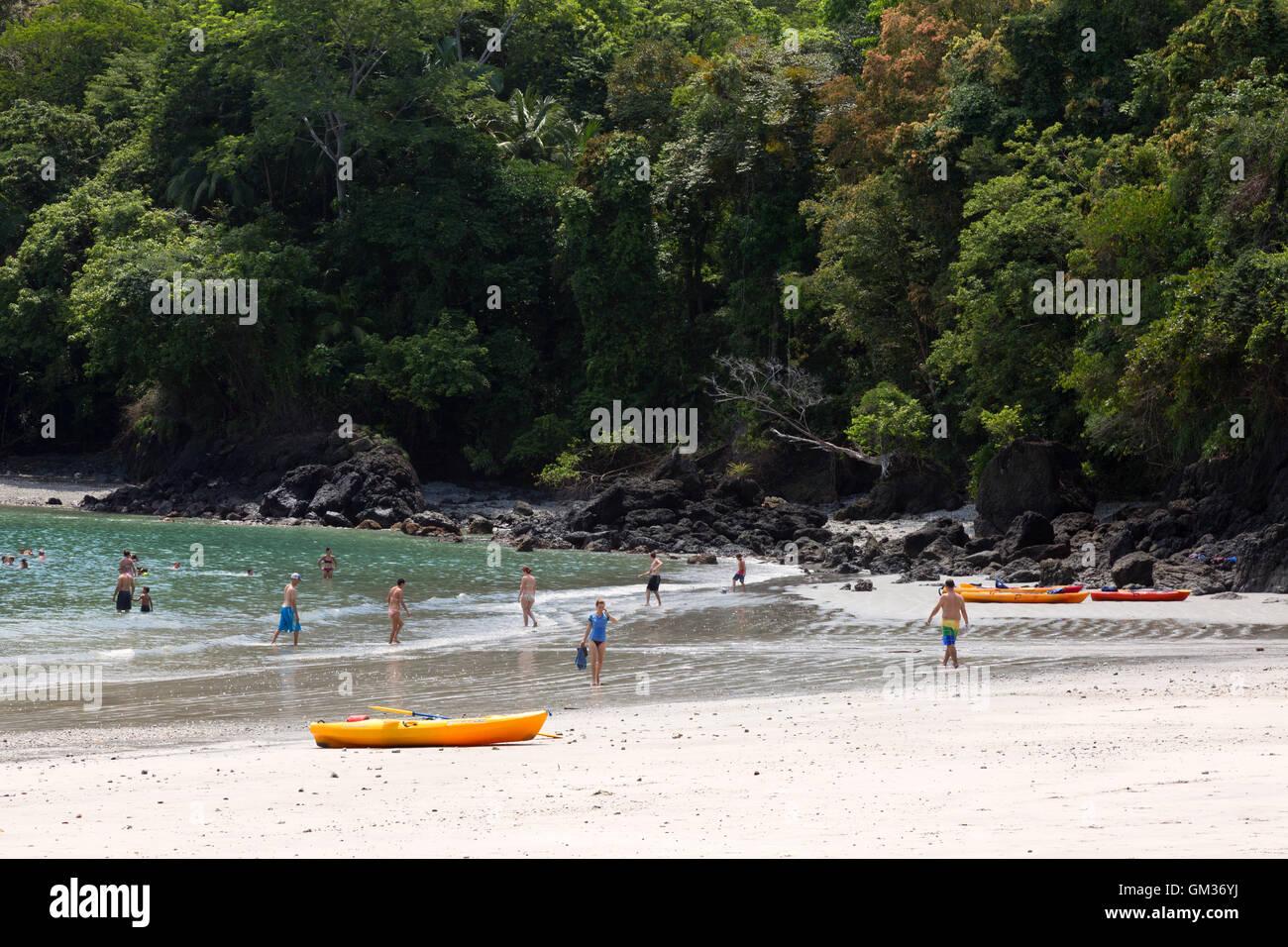 El Parque Nacional Manuel Antonio; Turistas en la playa disfrutando de deportes acuáticos, actividades al aire Imagen De Stock