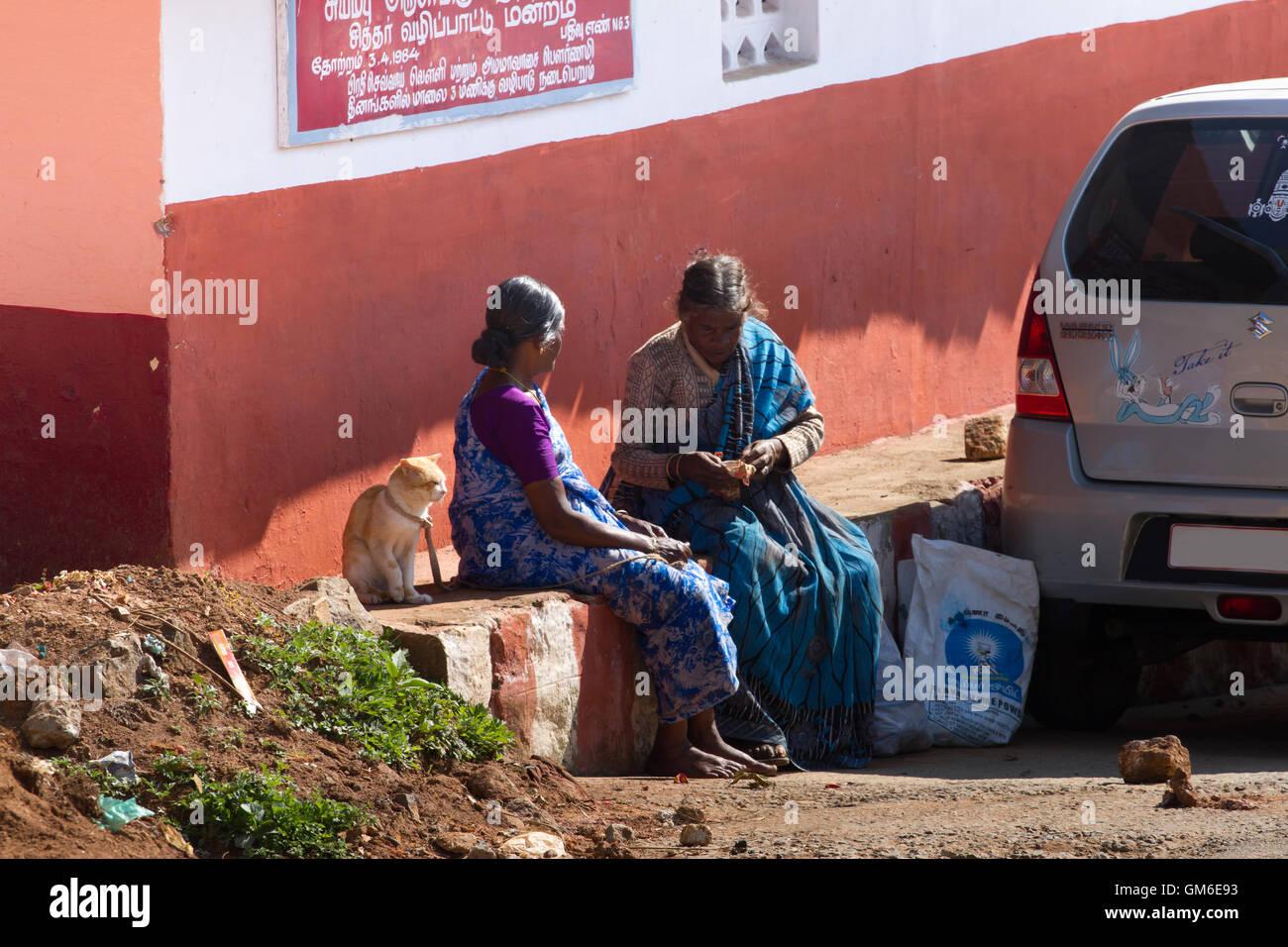 Coonoor, Tamil Nadu, India, 22 de marzo de 2015: Dos mujeres hablando en la calle. Concepto de amistad. La cultura Imagen De Stock
