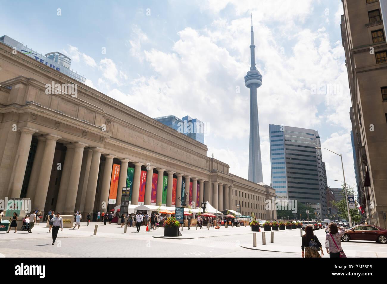 Union Station estación de tren y de la Torre CN, Front Street, Toronto, Ontario, Canadá Imagen De Stock