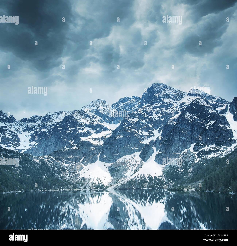 Hermoso paisaje de majestuosas montañas y un lago frío, claro Imagen De Stock