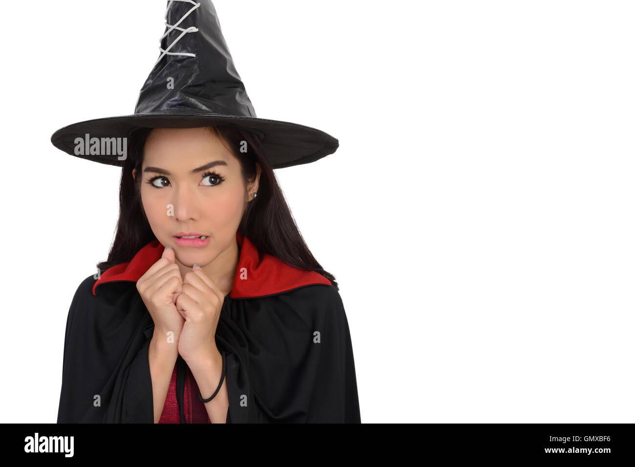 Chica guapa en traje de bruja para halloween noche sobre fondo
