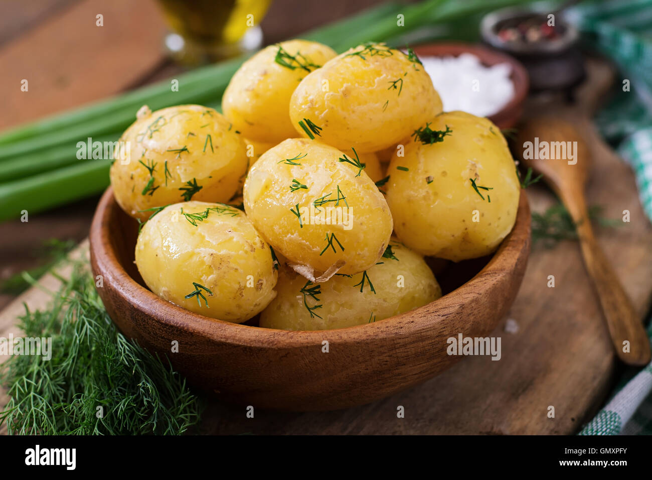 Patatas hervidas condimentadas con eneldo y mantequilla. Imagen De Stock