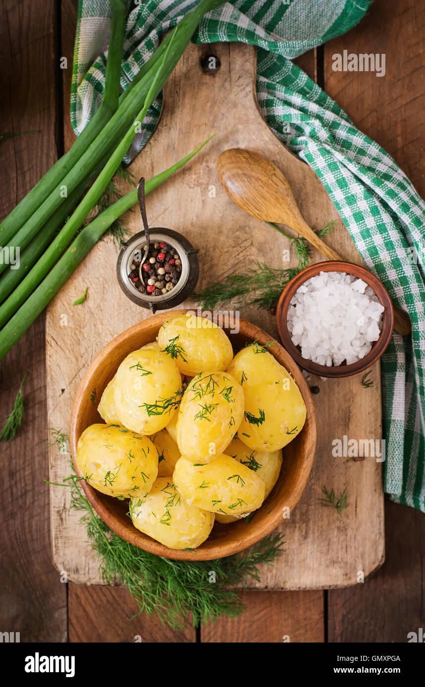 Patatas hervidas condimentadas con eneldo y mantequilla. Vista superior Imagen De Stock