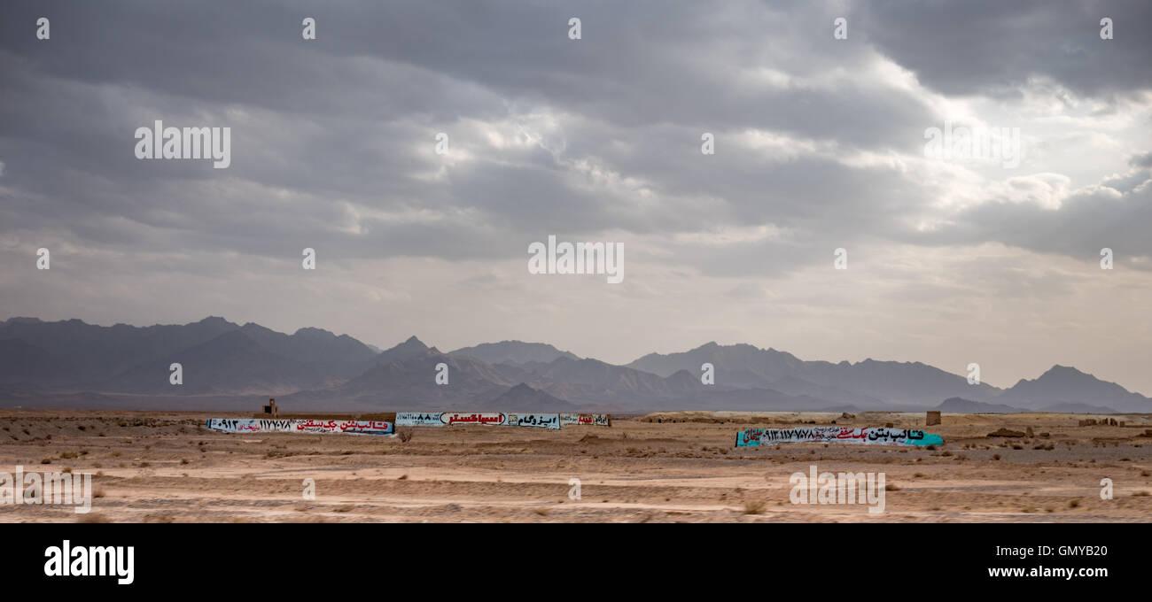 Montañas Y Desierto Con Farsi Signos En Las Paredes Y Edificios
