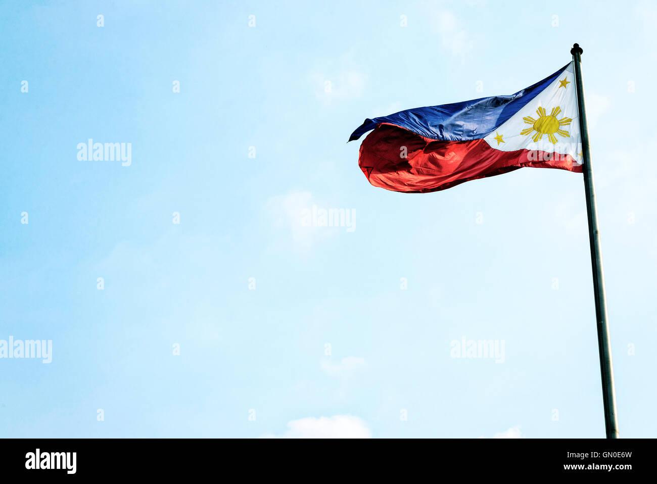 Filipinas Filipinas bandera ondeando sobre un mástil en Manila Foto de stock
