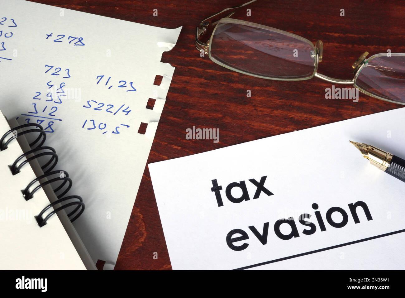 Evasión Fiscal escrito en un papel. Concepto financiero. Imagen De Stock