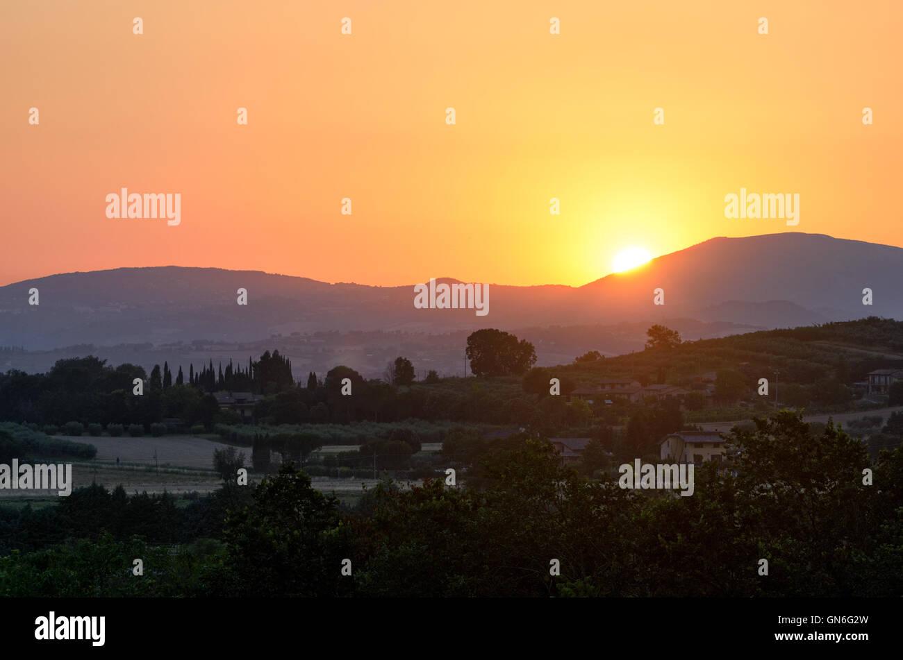 Umbría, puesta de sol en las colinas cerca de Asís Foto de stock