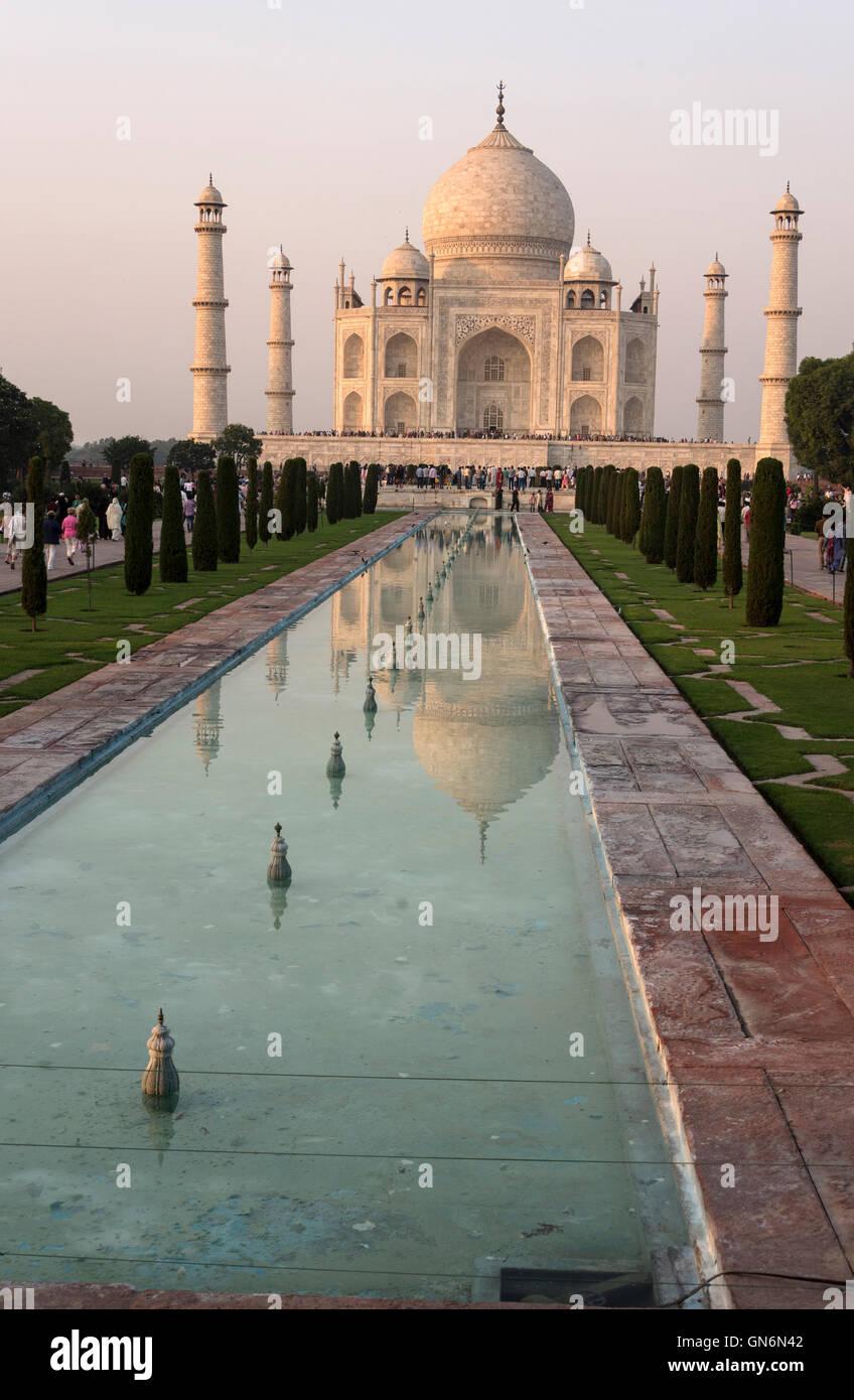 El Taj Mahal y piscina ornamental en Agra, Uttar Pradesh, India Imagen De Stock