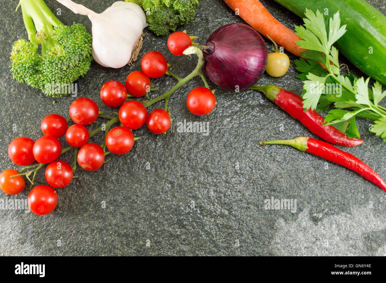 Tomate y pimiento rojo sobre fondo de piedra Imagen De Stock